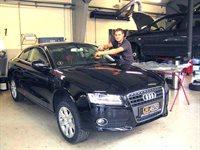 Lasse monterer ny frontrude på en ny Audi A5