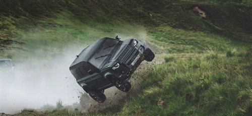 Land Rover Defender flyvende James Bond film.jpg