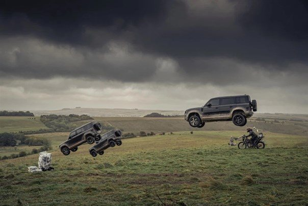 Land Rover Defenders flyver i James Bond film.jpg