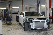 Reparation af en stor frontskade Toyota Avensis III årg.2011